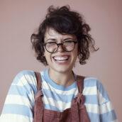 Bio pic of a smiling Bee Grandinetti